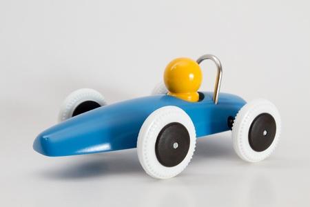 discreto: Coche de carreras azul con conductor amarillo aislado con la sombra discreta