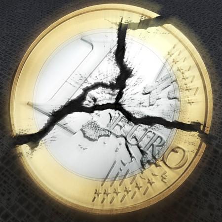 crisis economica: visualizaci�n digital de una moneda de euro roto  Foto de archivo