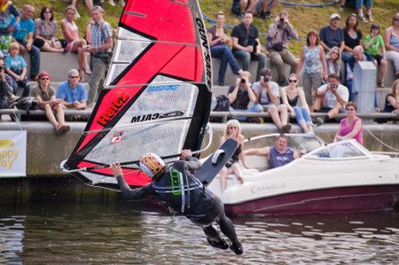 KIEL, Deutschland - Juni 26: Kiel-Week-Ocean-Jump 2010 anlässlich der der Kieler Woche 2010, 26 Juni 2010 in Kiel, Deutschland Standard-Bild - 8449962