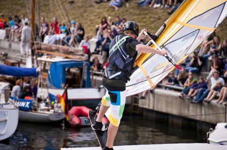 KIEL, Deutschland - Juni 26: Kiel-Woche-Ozean-Jump 2010 anlässlich der die Kieler Woche 2010, Juni 26, 2010 in Kiel, Deutschland Standard-Bild - 8449891
