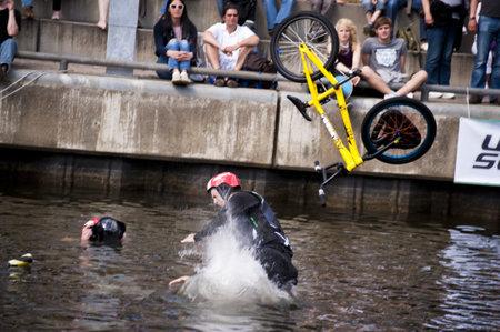 KIEL, Deutschland - Juni 26: Kiel-Woche-Ozean-Jump 2010 anlässlich der die Kieler Woche 2010, Juni 26, 2010 in Kiel, Deutschland Standard-Bild - 8449903