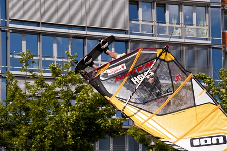 KIEL, Deutschland - Juni 26: Kiel-Woche-Ozean-Jump 2010 anlässlich der die Kieler Woche 2010, Juni 26, 2010 in Kiel, Deutschland Standard-Bild - 8449993