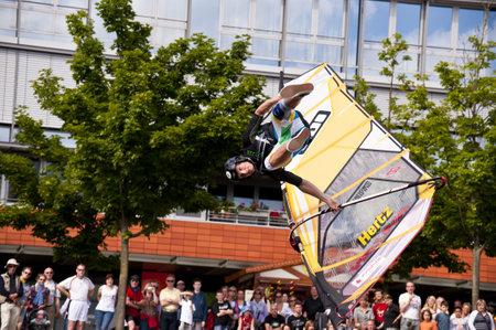 KIEL, Deutschland - Juni 26: Kiel-Woche-Ozean-Jump 2010 anlässlich der die Kieler Woche 2010, Juni 26, 2010 in Kiel, Deutschland Standard-Bild - 8449978