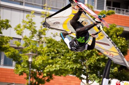 KIEL, Deutschland - Juni 26: Kiel-Woche-Ozean-Jump 2010 anlässlich der die Kieler Woche 2010, Juni 26, 2010 in Kiel, Deutschland Standard-Bild - 8449912