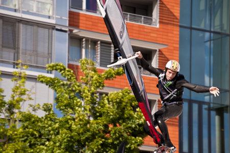 KIEL, Deutschland - Juni 26: Kiel-Woche-Ozean-Jump 2010 anlässlich der die Kieler Woche 2010, Juni 26, 2010 in Kiel, Deutschland Standard-Bild - 8449894