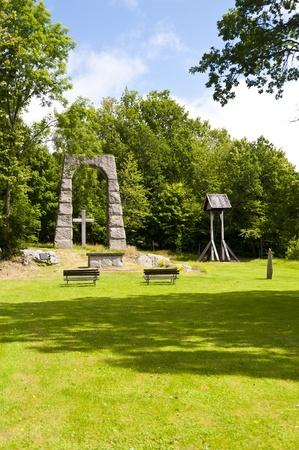 memorial cross: Iglesia Open Air en Suecia Foto de archivo