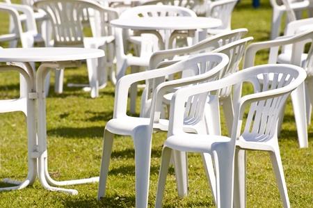 녹색 잔디에 흰색 정원 의자