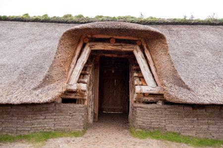 �ge de pierre: Reconstruction pr�historique d'une Maison de l'�ge de pierre sur Amrum en Allemagne