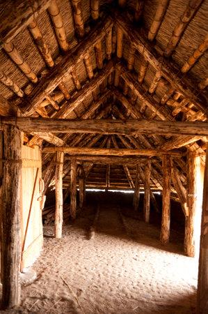 edad de piedra: Reconstrucci�n prehist�rico de una casa de la Edad de Piedra en Amrum en Alemania