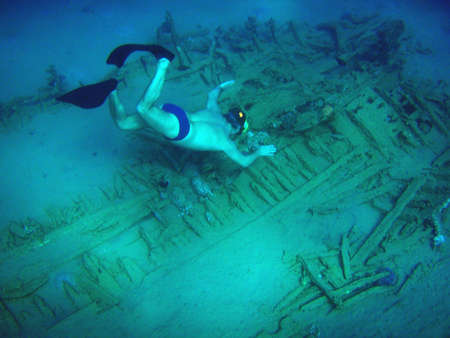 sunk: Diver floating to the sunk ship