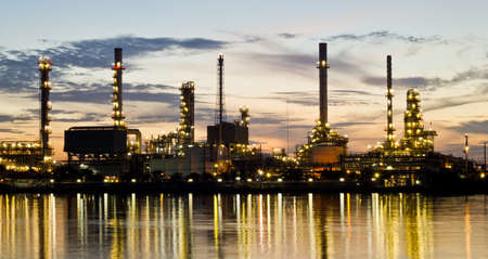refiner�a de petr�leo: Bangjak refiner�a de petr�leo en el crep�sculo Bangkok, Tailandia