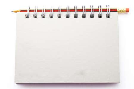 수첩: 흰색 배경에 노트와 연필