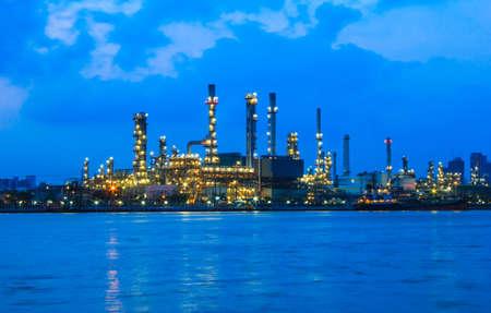 petrochemie industrie: Olieraffinaderij bij schemering