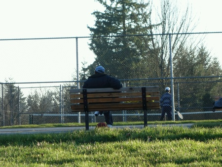 Man resting on a bench Imagens