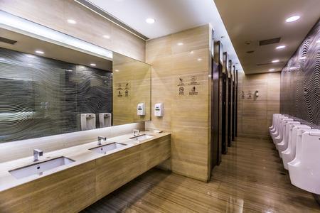 FFEntliche Toilette  Standard-Bild - 49908780