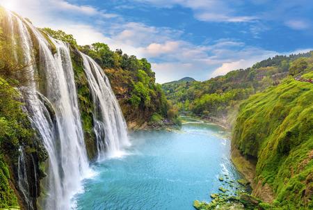 Wasserfall Standard-Bild - 61533104