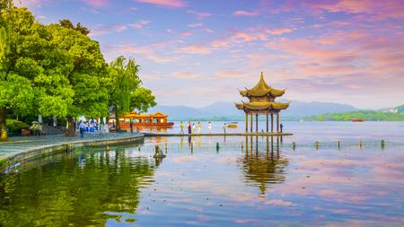 West Lake Hangzhou Landschaft Standard-Bild - 76742301