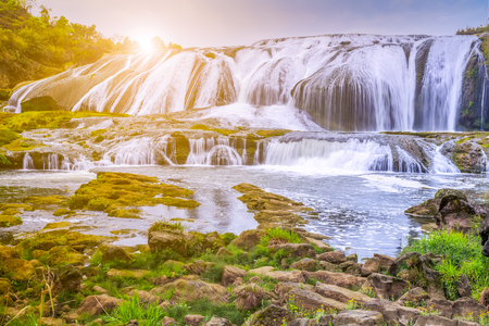 Naturlandschaftslandschaftsansicht eines Wasserfalls in China Standard-Bild - 89093642