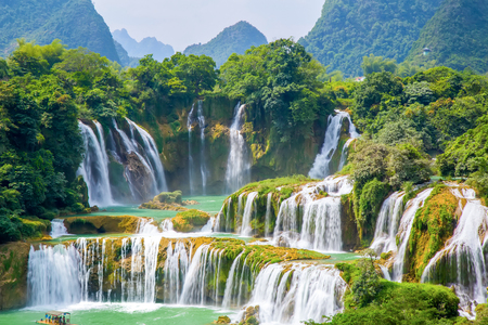 waterfall scenery 免版税图像 - 89586412