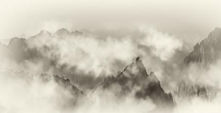 黄山の遠い山と雲の海