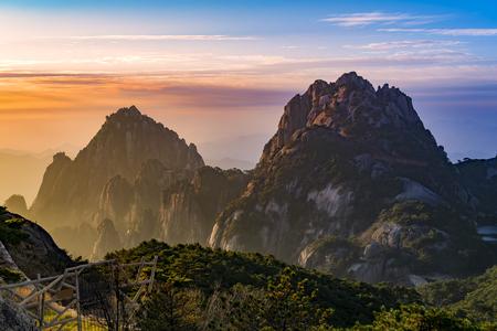 黄山山日の出山と雲