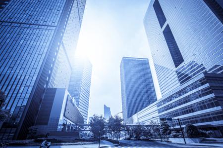 Low angle view of gratte-ciel modernes dans le quartier financier de Lujiazui Banque d'images - 100676278