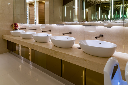 Upscale hotel mansion bathroom Editoriali