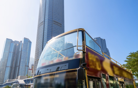 Double decker bus and Hong Kong skyscrapers Stockfoto