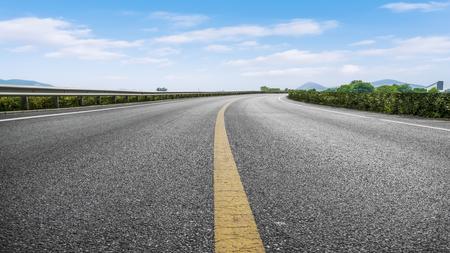 Tráfico por carretera y cielo azul y nubes blancas. Foto de archivo