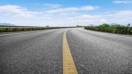 Trafic routier et ciel bleu et nuages blancs Banque d'images