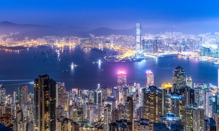 Luchtmening van het architectuurlandschap van Hong Kong bij nacht