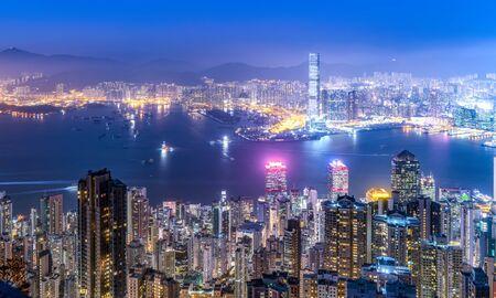 Widok z lotu ptaka na krajobraz architektury Hongkongu w nocy