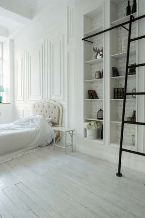 Stylish luxury white bedroom interior design in soft day light with elegant classic furniture Banque d'images