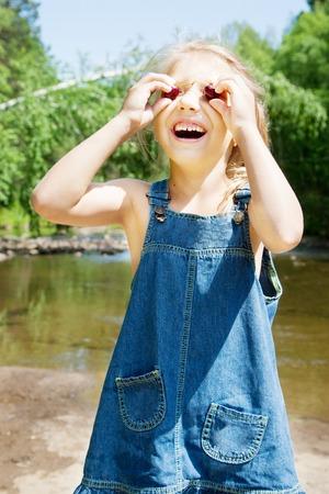 picknick: Smiling little girl having picknick on the riverside
