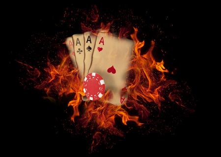 Carte da gioco e fiches sul fuoco. concetto di casinò. Archivio Fotografico