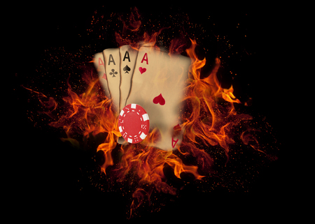 kaarten en chips spelen op het vuur. casino concept. Stockfoto