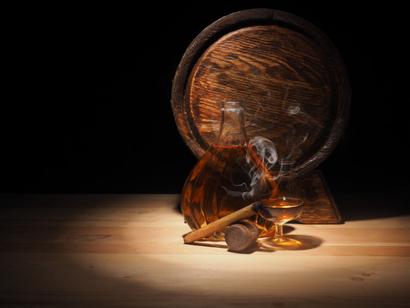 Glass of Cognac , Cigar and old oak barrel. Stockfoto