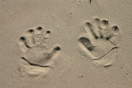 10 fingers: Handprints in the sand