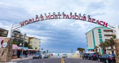 Benvenuti a mondi più famosa spiaggia segno nella spiaggia di Daytona Archivio Fotografico - 56056738