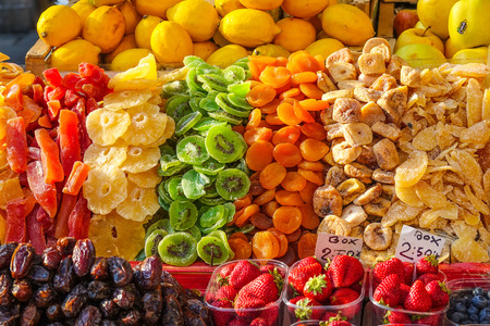 frutos secos: Los frutos secos en un mercado de frutas de colores de selección -