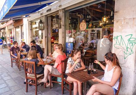 Romantisches Straßencafé im Stadtzentrum von Venedig