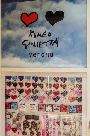 romeo juliet: Romeo and Juliet at Casa di Giulietta in Verona