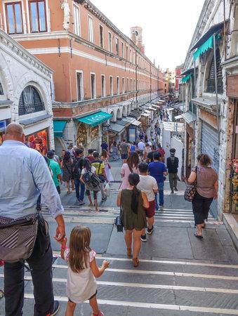 rialto bridge: World famous Rialto Bridge in Venice