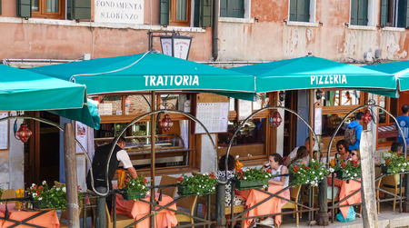 grand canal: Small trattoria and pizzeria at the Grand Canal in Venice