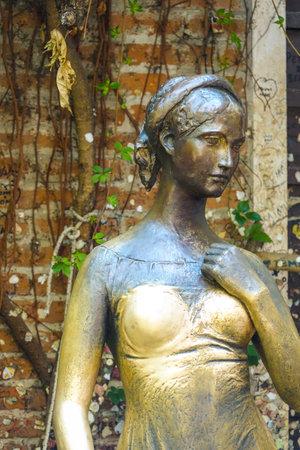 juliet: Statue of Juliet in Verona - Casa di Giulietta