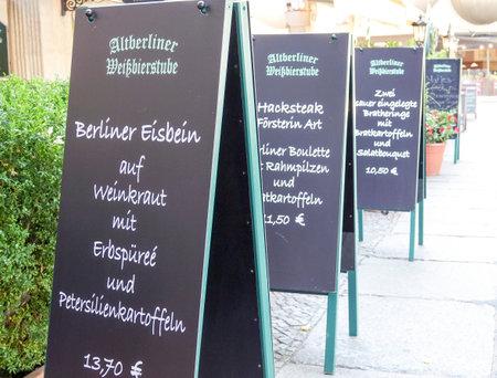 comida alemana: El menú de un restaurante de comida típica alemana en Berlín - Berlín  Alemania - 31 de agosto, el año 2016