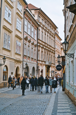 Beautiful pedestrian Zone in the historic district of Prague - PRAGUE  CZECH REPUBLIC - MARCH 20, 2017 新聞圖片