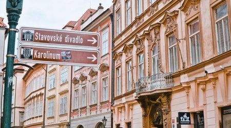 Direction signs in the city center of Prague - PRAGUE / CZECH REPUBLIC - MARCH 20, 2017 新聞圖片