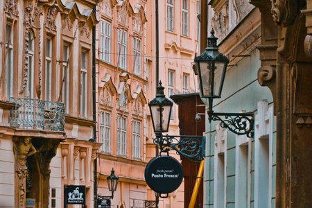Beautiful buildings in the historic district of Prague - PRAGUE / CZECH REPUBLIC - MARCH 20, 2017 新聞圖片