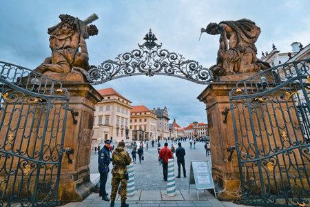 The Gates to Prague Castle - PRAGUE / CZECH REPUBLIC - MARCH 20, 2017 新聞圖片